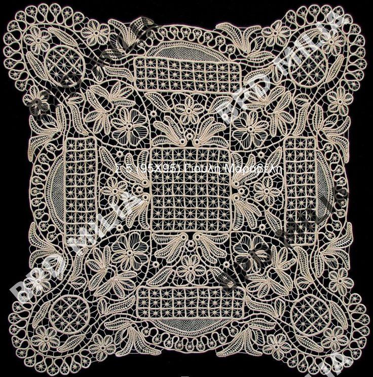 Σ 5 καρέ  Θέμα:Μαργαρίτες. Εντυπωσιακό τετράγωνο εργόχειρο, δημιουργημένο εξ ολοκλήρου με το χέρι. Υλικά κλωστή βαμβακερή σε δαντελόνημα Νο 30 εκρού. Διάσταση:95Χ95. Τιμή:400 ευρώ.Τηλ:22210 74152.Γιούλη Μαραβέλη-Χαλκίδα.