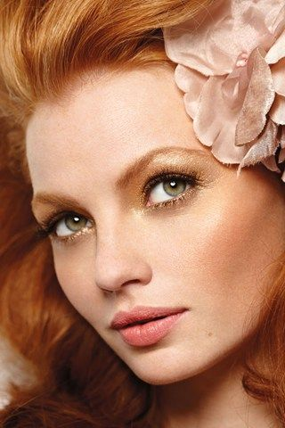 Bridal Make-up Rich Golds - Dreaming of honey-toned skin and lids that look gold-dipped? Simply balance with delicate, pretty pink lips.
