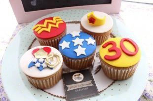 #Cupcakes temáticos de La Mujer Maravilla hechos en pastillaje 100% comestibles, podemos personalizarlos con el super héroe que mas te guste. #bogota