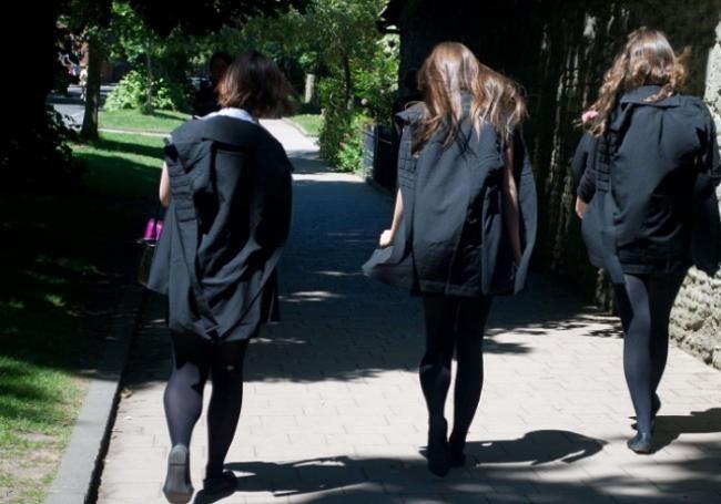 """De la consigne vestimentaire à la suggestion sexiste, il n'y a qu'un pas. Le weekend dernier, l'Université libre de Bruxelles adressait un mail à ses étudiants en médecine en vue de leur remise de diplôme, dont la cérémonie aura lieu le 28 juin prochain. Et si le message encourageait les hommes à porter """"un costume"""", il enjoignait les femmes à arborer """"une robe ou une jupe ainsi qu'un joli décolleté""""."""