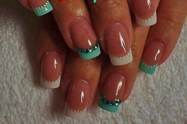 French manicure nei toni del bianco e del verde acqua con strass
