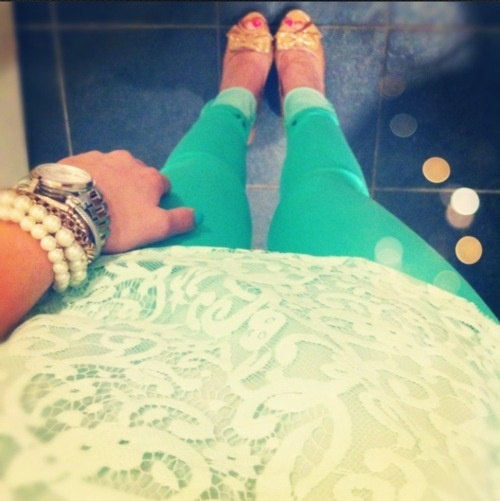 Lace and Color pants .. Perfect: Fashion, Style, Lace Top, Pants, Outfit, Mint Jeans, Shirt, Colored Jeans
