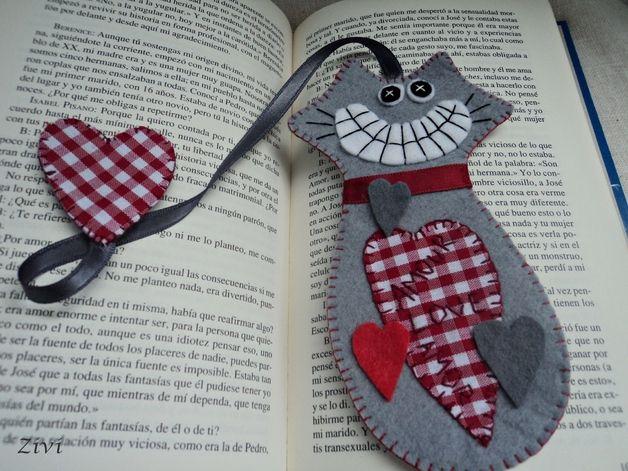 Marcapaginas de fieltro. Marcapaginas de fieltro gato enamorado de color gris y rojo. Un marcapaginas gato con corazones hecho de fieltro y telas en colores gris y rojo.  Tamaño aproximado...