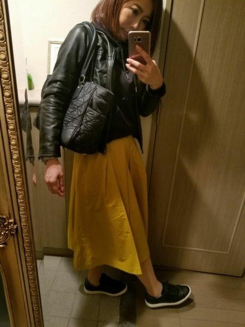 今日はスカート以外黒でまとめました✨✨マスタードカラーも以外と春に合わせやすい色だと思います👌
