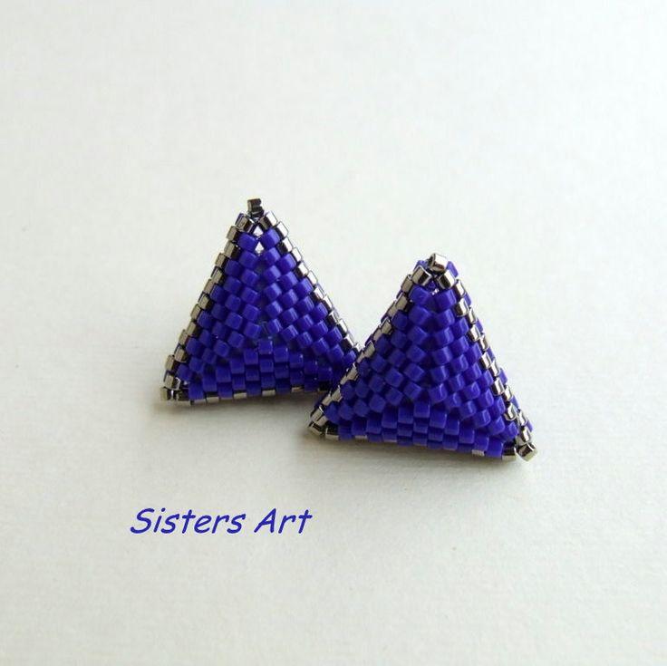 """Orecchini a lobo """"Nel Blu"""" a triangolo doppio blu e argento, realizzati con perline delica, by Sisters Art, in vendita su http://www.misshobby.com/it/negozi/sisters-art"""
