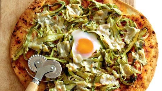 Пицца со спаржей, пармезаном и яйцом
