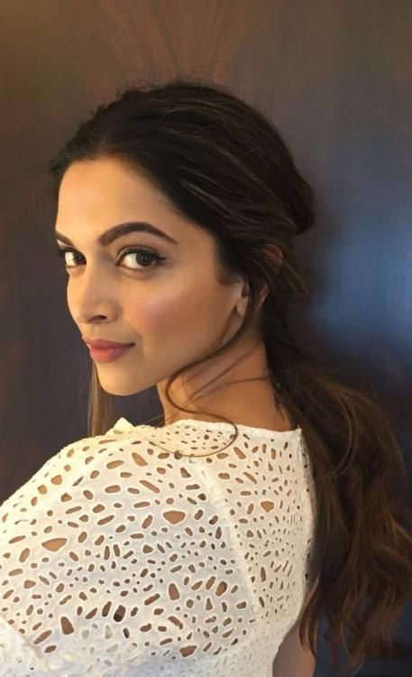 Pinkish lips and a glass wing eyeliner - Deepika's stunning look for the day!