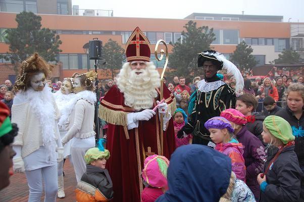 Op zaterdag 29 november van 11.00-15.30 uur is Sinterklaas de hele dag aanwezig in zijn werkkamer in de Dorpskerk van Haren. Daar houdt hij toezicht op de inpakpieten. Kinderen kunnen de hele dag in- en uitlopen om te helpen knutselen of voor de Sing Inn. Samen liedjes zingen voor Sint. Foto: Marco in 't Veldt . www.drukkerijvanark.nl