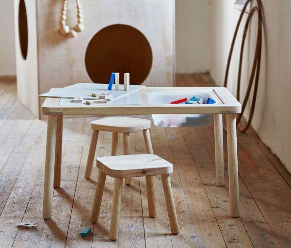 Ett barnbord med en förvaringslåda i plast under bordsskivan. Här med två träpallar.