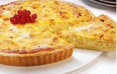 Tarte de maçã e leite condensado  INGREDIENTES: 1 base de massa quebrada (de compra) 1 c. (de sopa) de maisena 0,5 dl de leite 2 dl de natas 1 lata de leite condensado 2 maçãs reinetas Manteiga e bagas vermelhas q.b.  PREPARAÇÃO: Unte uma tarteira de fundo amovível com manteiga, forre‑a com a …