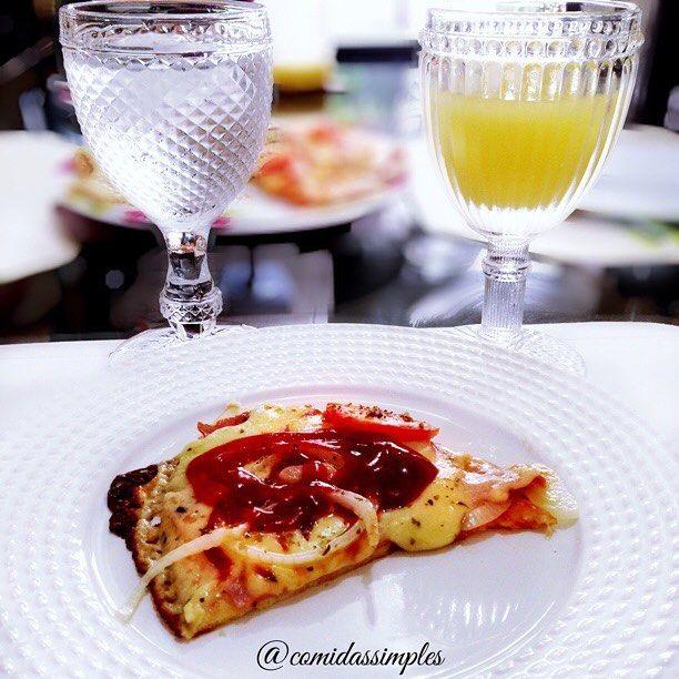 E hoje pro almoço escolhi  uma pizza integral super rapida e prática. De recheio foi presunto de Peru, mussarela, cebola, tomate e orégano. Suco e água que não pode faltar #almoço #pratico #rapido #dehoje #tagsforlikes #likes #pizza #integral #mista #gastronomia #gourmet #delicia #comida #saudavel #simples #praticidade #comidas #pizzaintegral #comidassimples #lol