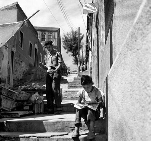 Niños en un cerro de Valparaiso, años 60