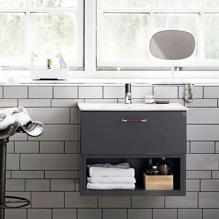 Badrumsmöbler kan komma i många olika skepnader, här har vi på ett lekfullt sätt kombinerat öppen och stängd badrumsförvaring. Bright | Ballingslöv