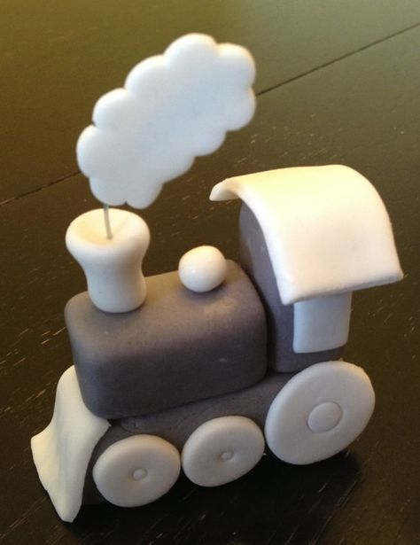 Fondant Train Topper with Mini Train Cupcake Toppers  – figuras y decorado