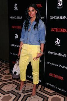 Esta diseñadora de Nueva York se atrevió con un pantalón amarillo, un color arriesgado, que en principio resulta difícil de combinar adecuadamente. Pero con complementos muy sencillos consiguió un efe