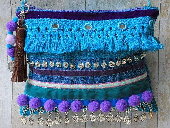 Turquesa y púrpura étnica adornado bolso de embrague con la correa de cadena de plata