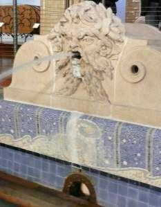 """L'ancienne piscine municipale de Roubaix transformée en 2001 en un époustouflant lieu d'exposition, Musée d'art et d'industrie André Diligent. Neptune, dieu des océans, crache de l'eau à l'extrémité de la piscine (cette figure avait été surnommée """"le lion"""" par les baigneurs)."""