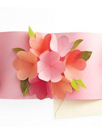 こちらはカードを開くと花束が飛び出すポップアップカード。 母の日にピッタリのクラフトです。