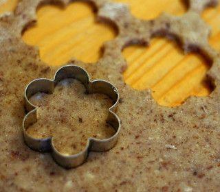 Cukroví z ořechového těsta by u vás doma o vánocích nemělo chybět. Zde máte návod na to, jak takové těsto připravit.