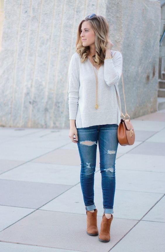 Look de inverno casual: Bota caramelo, bolsa caramelo, jeans rasgado e casaco branco.