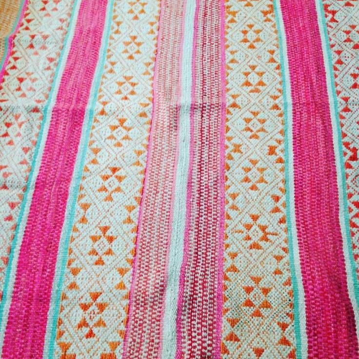 Te presentamos nuestra alfombra M008, pieza única, tejida a base de lana de oveja con tintes naturales. Colores pastel rosado, naranja y blanco roto, con un trabajo elaborado de pallai (dibujos). Procedente de la zona del Cusco. Medidas: 153 x 163 ¡con un 10% de descuento! Precios y disponibilidad en: https://www.makiwuan.com/collections/all