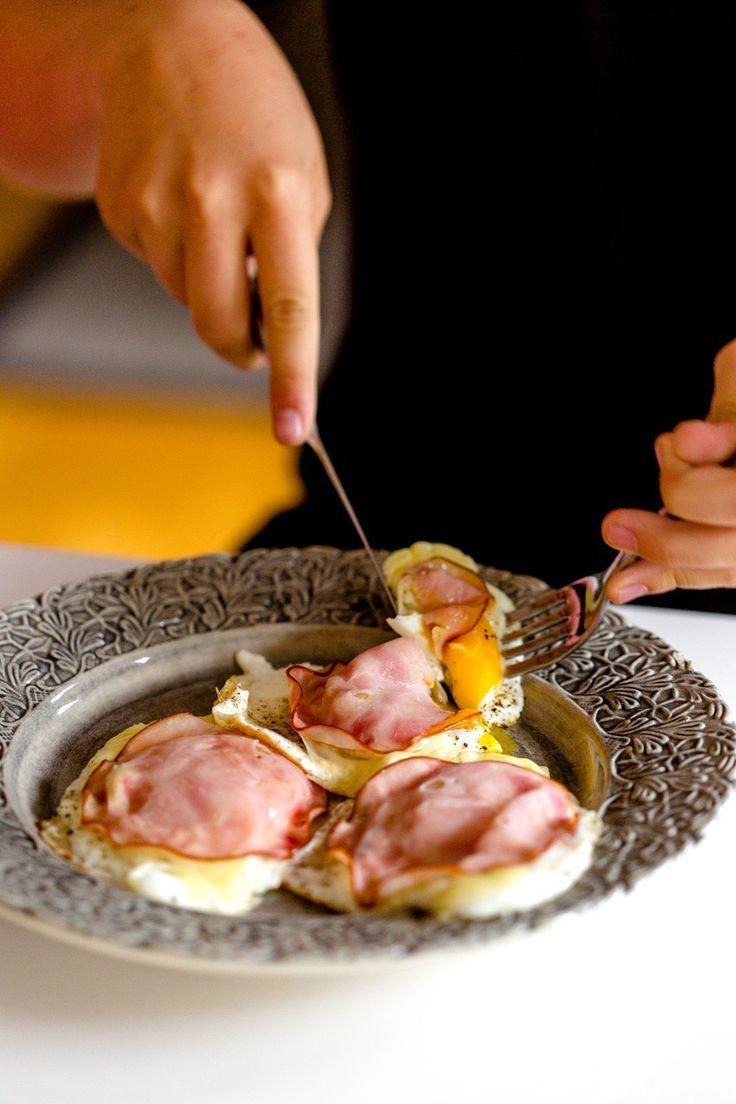 """Frukostarna är oftast det som jag hör kan vara problematisktnär man inte mår bra av attäta bröd eller fil med flingor. Min 12-åring älskar den här frukosten och äter den numera varje dag. Tar 4 minuter! Tre stekta ägg, salt och peppar, ost och skinka och vips så har man """"äggmackor"""" :) Får minsann bli […]"""
