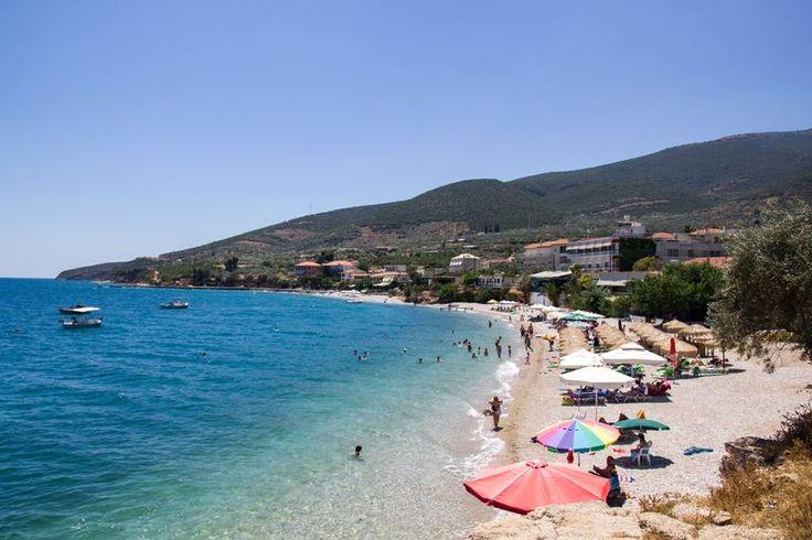 Παραλία-ες (το ίδιο όνομα φέρουν 4 παραλίες) στο ομώνυμο χωριό της Κυνουρίας. Ήσυχο περιβάλλον, βότσαλο, πεντακάθαρα νερά και ανεπτυγμένη τουριστική υποδομή με ξενοδοχεία, ενοικιαζόμενα δωμάτια,