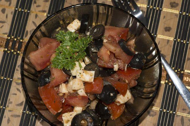 Jednoduchý a rychlý salát s rajčaty a mozarellou
