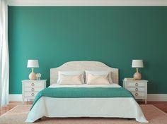 """Inspirada nas águas do oceano Pacífico, a coleção Equilibrium do catálogo de tendências 2016 da Lukscolor é composta por verdes azulados (""""Fresh Vert"""", """"Talismã"""" e """"Atlantis""""). As três cores são versáteis e podem criar diferentes atmosferas. Por exemplo, espaços sofisticados quando os verdes são combinados aos tons de ouro ou cobre ou, relaxantes, quando utilizados junto ao marfim, como neste quarto com parede pintada com """"Atlantis"""""""