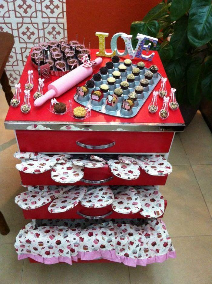 """Confira a decoração do Chá de Panela da Samanta, nas cores rosa e vermelho, que levou o tema """"Cozinha da Sassa"""", e foi executado pela M Paraíso."""