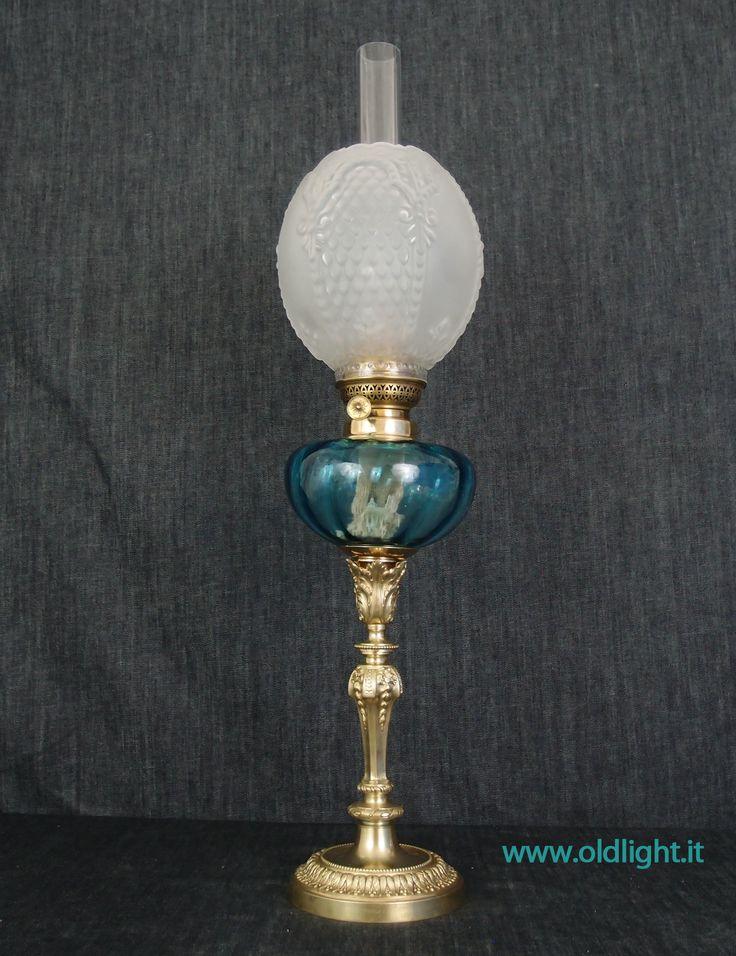 """Lampada da tavolo Francese con colonna in fusione di bronzo; Serbatoio in vetro soffiato azzurro ; Bruciatore Pigeon Kosmos 14""""' ; Tubo vetro per Kosmos 14""""'; Paralume aovoidale tulipano in cristallo acidato e decorazioni in rilievo."""