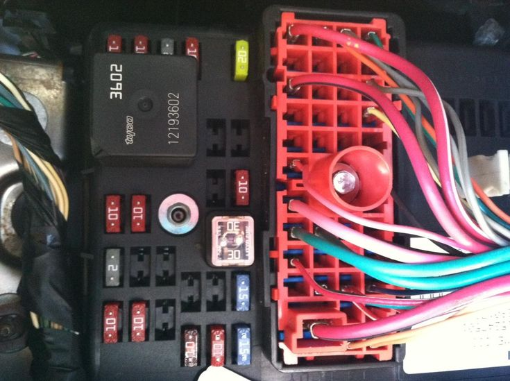 fea7ee5ff9d4d968d0379544b5772395 05 chevy cobalt trying to figure out which of these is acc but i 2005 cobalt fuse box at panicattacktreatment.co
