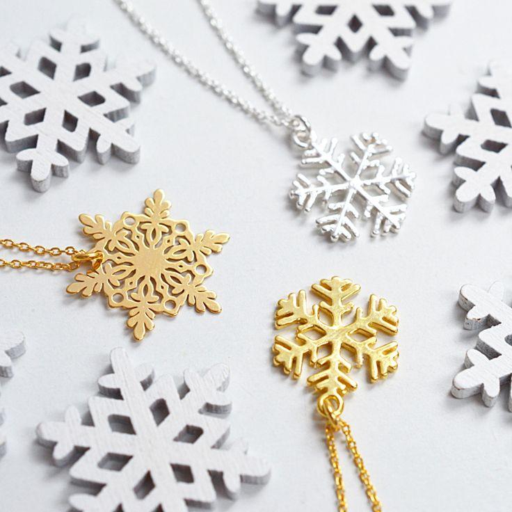 Biżuteria ze śnieżynką. Zobacz na Laoni.pl >> https://laoni.pl/bizuteria-z-platkiem-sniegu #śnieżynka #zima #prezent #biżuteria #łańcuszki