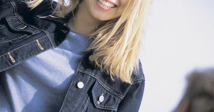 Como usar jaqueta jeans com as mangas dobradas ao estilo anos 90. As jaquetas jeans eram muito populares na década de 1990, adequando-se ao visual simples e utilitário da época. Embora a roupa urbana casual fosse a maior influência sobre a moda dessa época, as jaquetas jeans não eram consideradas desalinhadas. As mangas arregaçadas enfatizavam o efeito despojado do jeans, mas eram cuidadosamente dobradas para ...