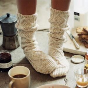 les manches d'un vieux chandail peut être converties en bas - make a old sweater become sleepers: