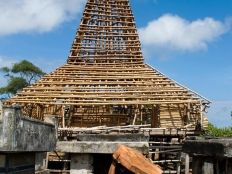 hpa8-building-the-traditional-house-of-sumba-2