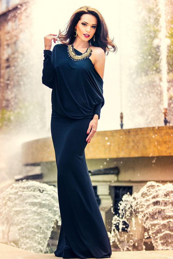 Rochie Toffy Neagra - Rochie lunga cu design deosebit.Lejeritatea si lungimea acestei rochii te vor face sa te simti confortabil in serile tale speciale in care vrei sa fii o aparitie eleganta. material elastic usor lasata in fata decupata la spate Dimensiuni disponibile: S, M, L, XL, XXL Colectia Rochii de seara lungi de la  www.rochii-ieftine.net