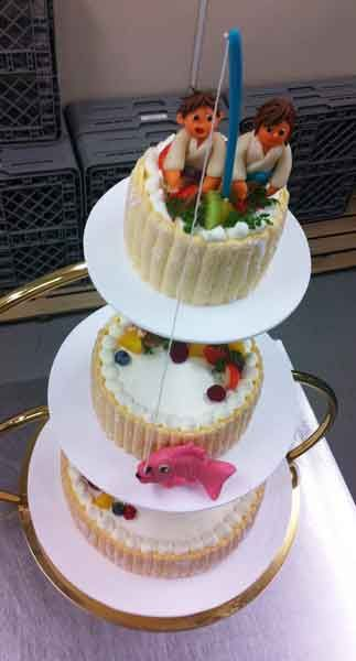 Torta de boda de 3 pisos con pareja en quimono pescando una carpa - オリジナルウエディングケーキのベルクール:純手創り菓子ベルクール