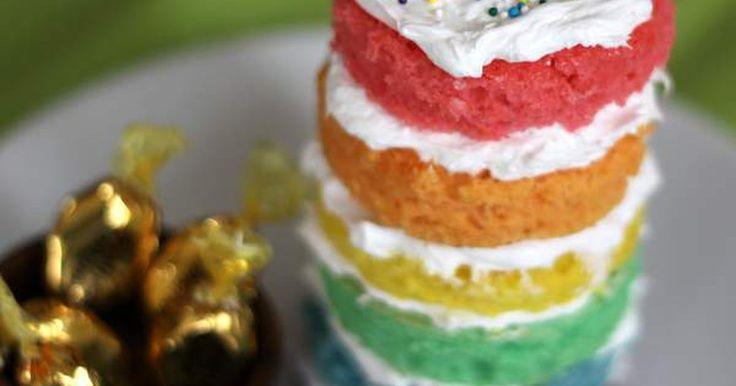 Parfaits coloridos para crianças. Estes parfaits de arco-íris são a sobremesa perfeita. Separando a massa de três bolos comuns e adicionando corantes, você poderá criar seu próprio arco-íris rapidinho. Não se esqueça das balas douradas também!