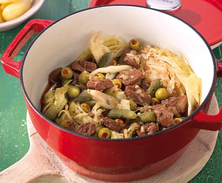 Trek in een lekker najaarspotje met draadjesvlees? De combinatie van gestoofde runderlappen, groene kool, augurkjes en gevulde olijven met paprika klinkt misschien gek, maar is absoluut een aanrader!