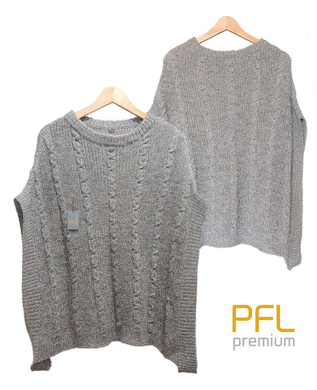 PFL knitted cape gray-marble with round neck and a classic cable structure, rib structure at the edges and leather details The cape is made in a wolblend of alpaca and acrylic warm for a warm and comfortable feeling.