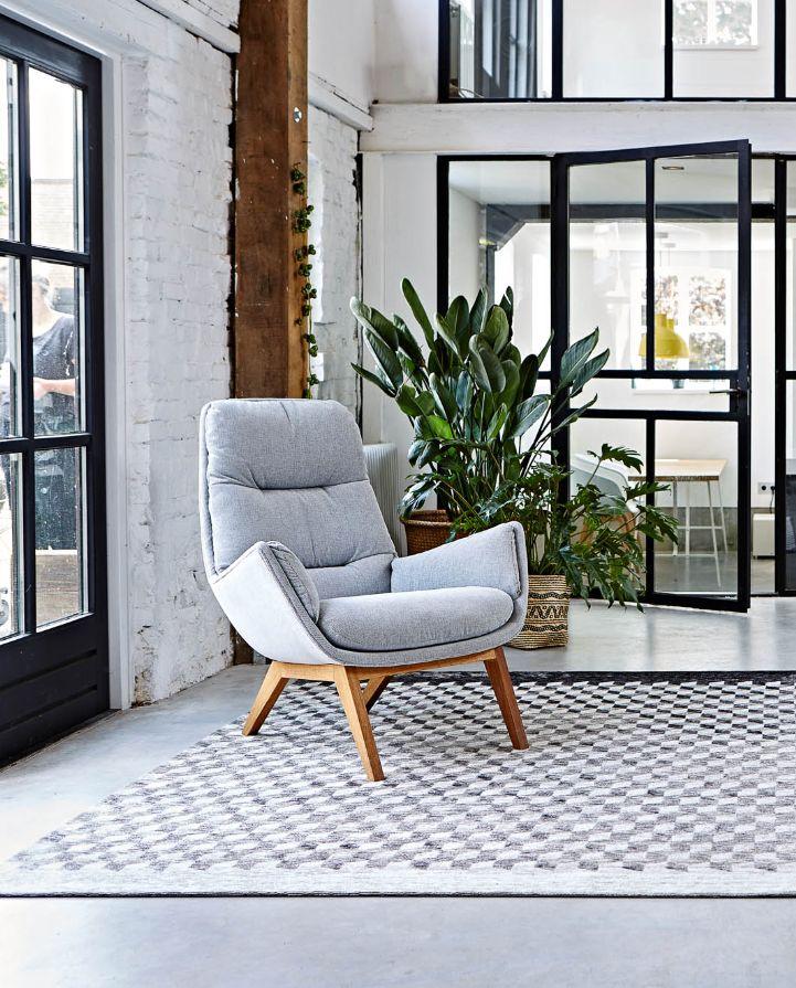 Zachte stoffen en licht eiken geven een zachte scandinavische touch aan je industriële interieur! - Fauteuil Merci, vloerkleed Glasgow
