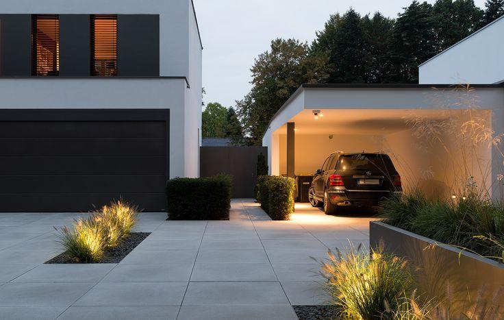 Exklusiver Vorgarten. Modernes Design und wunderschön beleuchtet. Hier in der Abenddämmerung. Klare Linien