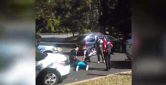 ABD'de polis siyahileri öldürmeye devam ediyor. Kuzey Carolina eyaletinde polisin vurduğu 43 yaşındaki siyahi Keith Lamont Scott'ın öldürülme anına ilişkin görüntüler ailesi tarafından paylaşıldı.