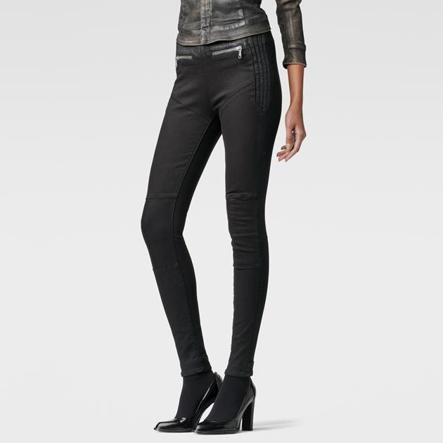 Une interprétation forte d'un élément essentiel dans la garde-robe, ce skinny affiche des empiècements latéraux d'inspiration moto et des genoux articulé...
