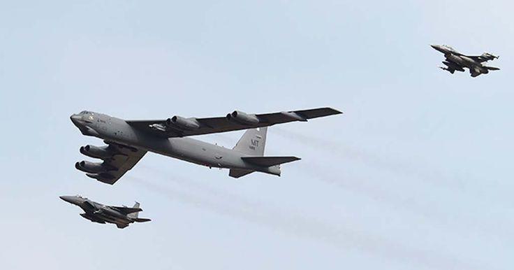 O poderoso bombardeiro B-52 norte-americano sobrevoa Coreia do Sul