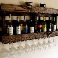 Wijnflessen en glazen in een gerecyclede pallet.