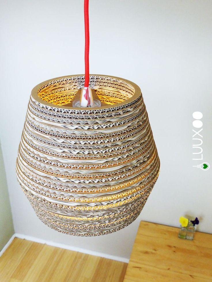 Kartonnen upcycle lamp Hexa Light geeft warm en gezellig licht. Deze mooie design lamp van karton is een aanwinst voor elke donkere hoek in huis.