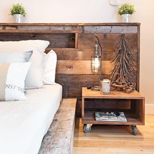 Quoi de mieux que d'intégrer le bois brut dans la chambre pour créer une ambiance enveloppante propice à la détente ? Fixées l'une à l'autre, la tête et la base de lit faites sur mesure avec un mélange de bois de grange gris, brun et blond constituent l'élément maître de la pièce. On a même pensé à intégrer une alcôve discrète qui permet aux occupants de déposer café, livres et compagnie lorsqu'ils s'adonnent au cocooning!