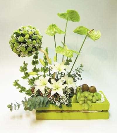 Colorido y hermoso arreglo floral y frutal en base de colores (a escoger según stock) con esfera de flores de acuerdo al color con anturios y base en madera (de colores) con lirios